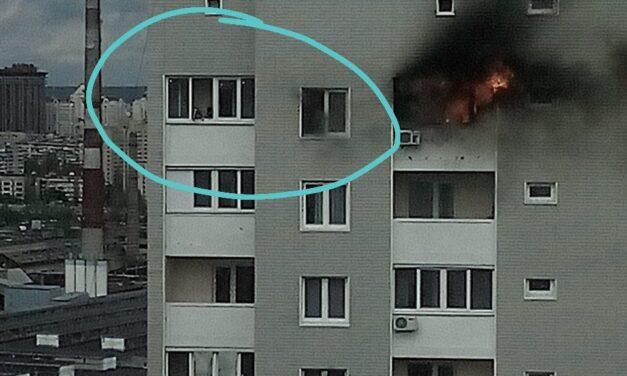 У Києві спалахнув останній поверх новобудови – відео