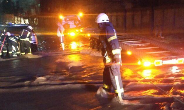 У службі ДСНС Запоріжжя показали, як пів ночі рятували затоплені автівки – фото