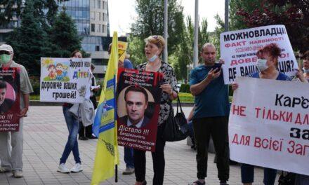 У центрі Запоріжжя протестували люди, збирали підписи й вимагали відставки чиновників