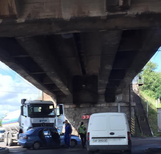 На мосту в Запоріжжі зіткнулася вантажівка ONUR з легковиком