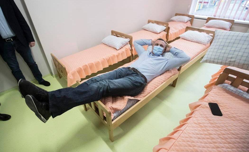 Міський голова Києва розказав про ситуацію з місцями в дитсадках і влігля у дитяче ліжечко – фото