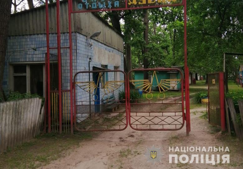 На Київщині діти впали до вигрібної ями туалету, дівчинка загинула