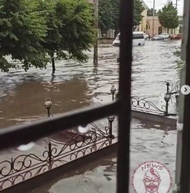 Після грози у Запоріжжі автомобілі знову пливуть – відео