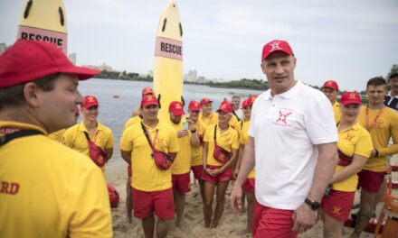 Рятувальник на воді: голова столиці «приміряв» на себе іншу професію (відео)