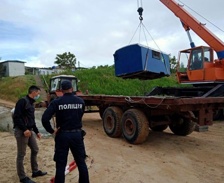 Поліція Запоріжжя знесла будки та огорожу людей, які вимагали гроші за прохід до моря