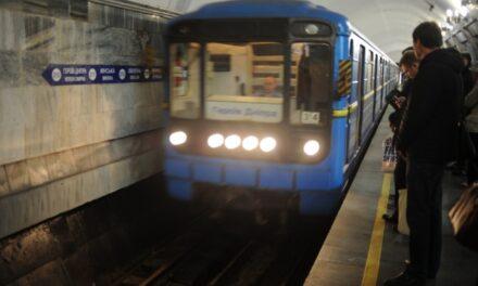 У Києві молодий хлопець впав під потяг метро