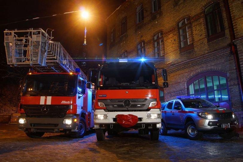 У Хортицькому районі Запоріжжя 7 рятувальників визволяли чоловіка, що застряг на фасаді 8 поверху