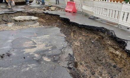 Негода у Києві зруйнувала дороги та повалила дерева – фото