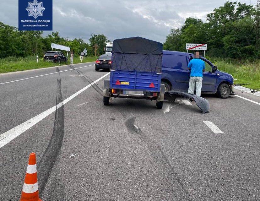 На запорізькій трасі розбилося 2 автівки – фото