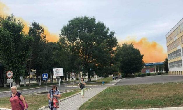 """Після аварії на заводі ПАТ """"РівнеАзот"""" місто накриває густа руда хмара"""
