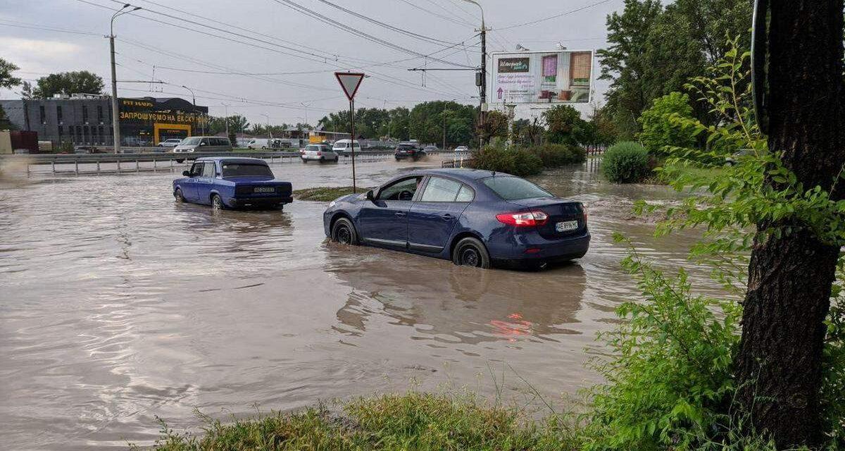 Сильна гроза у Запоріжжі провалила дах в АТБ – відео
