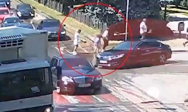 У Дніпрі дівчина впала у каналізаційний люк – відео