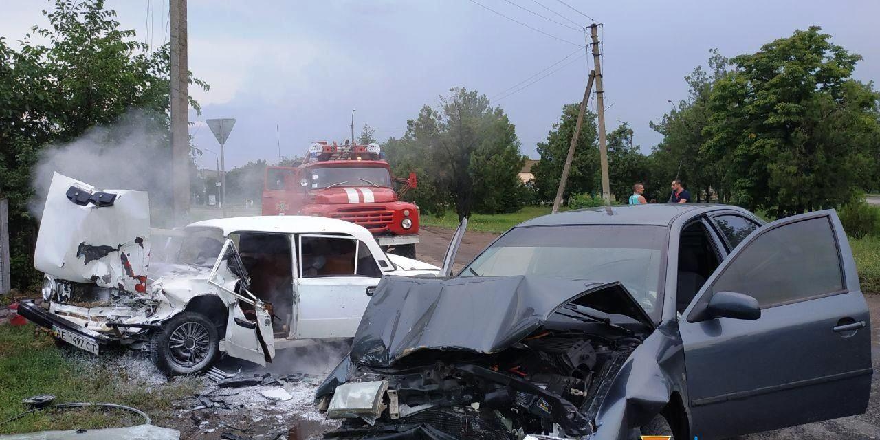 На Запоріжжі від удару загорівся автомобіль, людей деблокували рятувальники