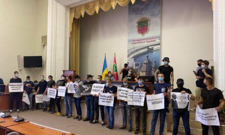 За ідею: молодики спортивної статури стоять з плакатами у залі Запорізької міськради – фото
