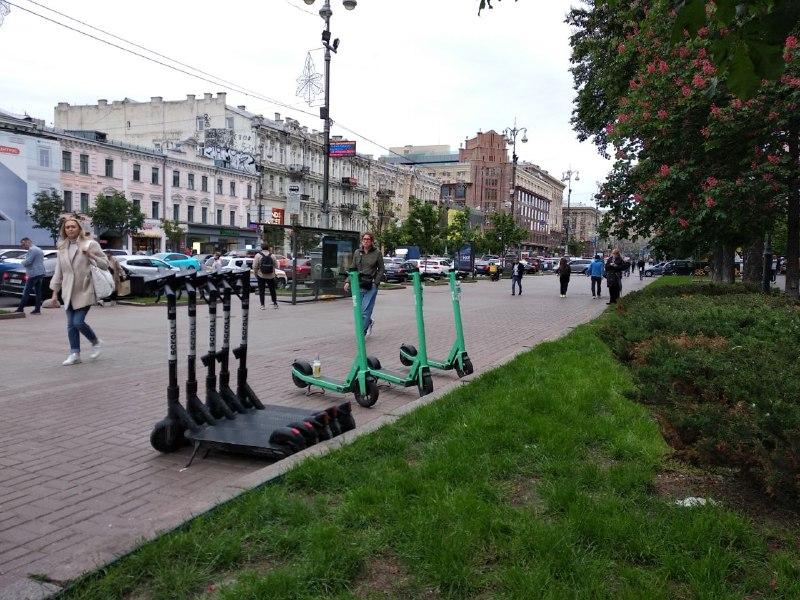 У Києві пішохідні зони стають безпечнішими. Запроваджується зниження швидкості руху самокатів