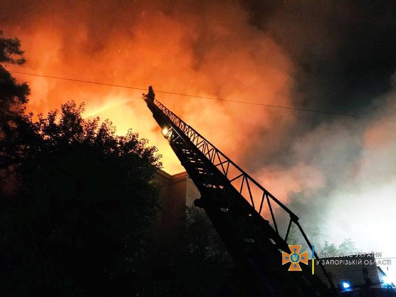 Фірма, яка лишила газові балони на даху будинку у Запоріжжі, займається ще одним будинком