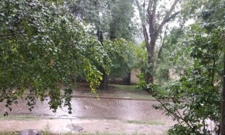 Через сильну зливу у Запоріжжі затопило вулиці – відео