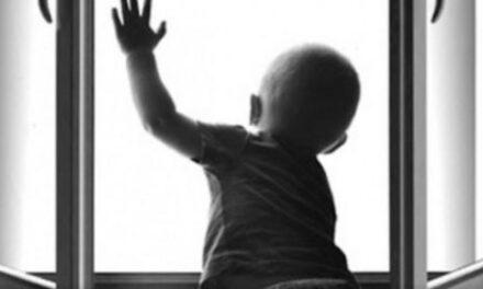 На Запоріжжі з вікна випала дитина. Дівчинка в реанімації