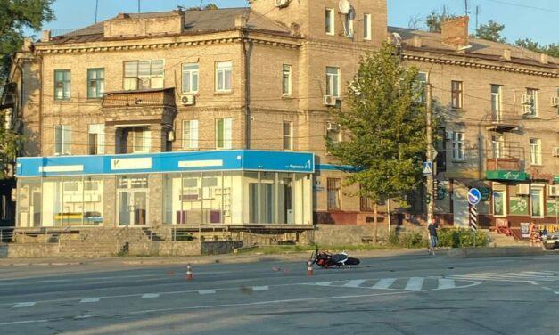 У Запоріжжі на перехресті зіштовхнулось авто з мотоциклом, один з водіїв втік – фото