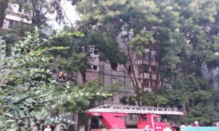 У Запоріжжі знову палає житловий будинок, людей евакуюють – фото