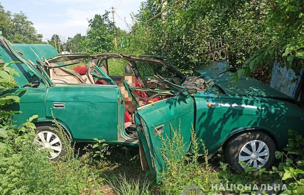 На Запоріжжі авто врізалось у трактор, після чого влетіло в паркан. Загинув пасажир легкового транспорту – фото