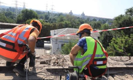 У Запоріжжі в постраждалому від пожежі будинку встановили тимчасову покрівлю – фото