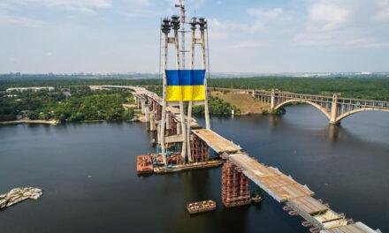 Мешканець Запоріжжя сфотографував прапор, який встановлений на мосту через Дніпро