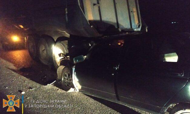 На Запоріжжі не розминулись авто та вантажівка – двоє людей загинуло (фото)