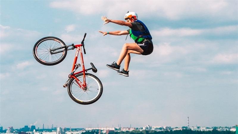 У Запоріжжі стрибали в Дніпро на велосипедах та самокатах – фото