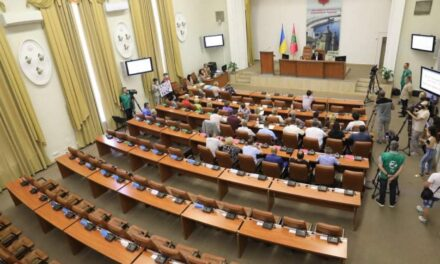 У Запоріжжі депутати вкотре не зібрались на сесію. З трибуни виступали мешканці постраждалого будинку – відео