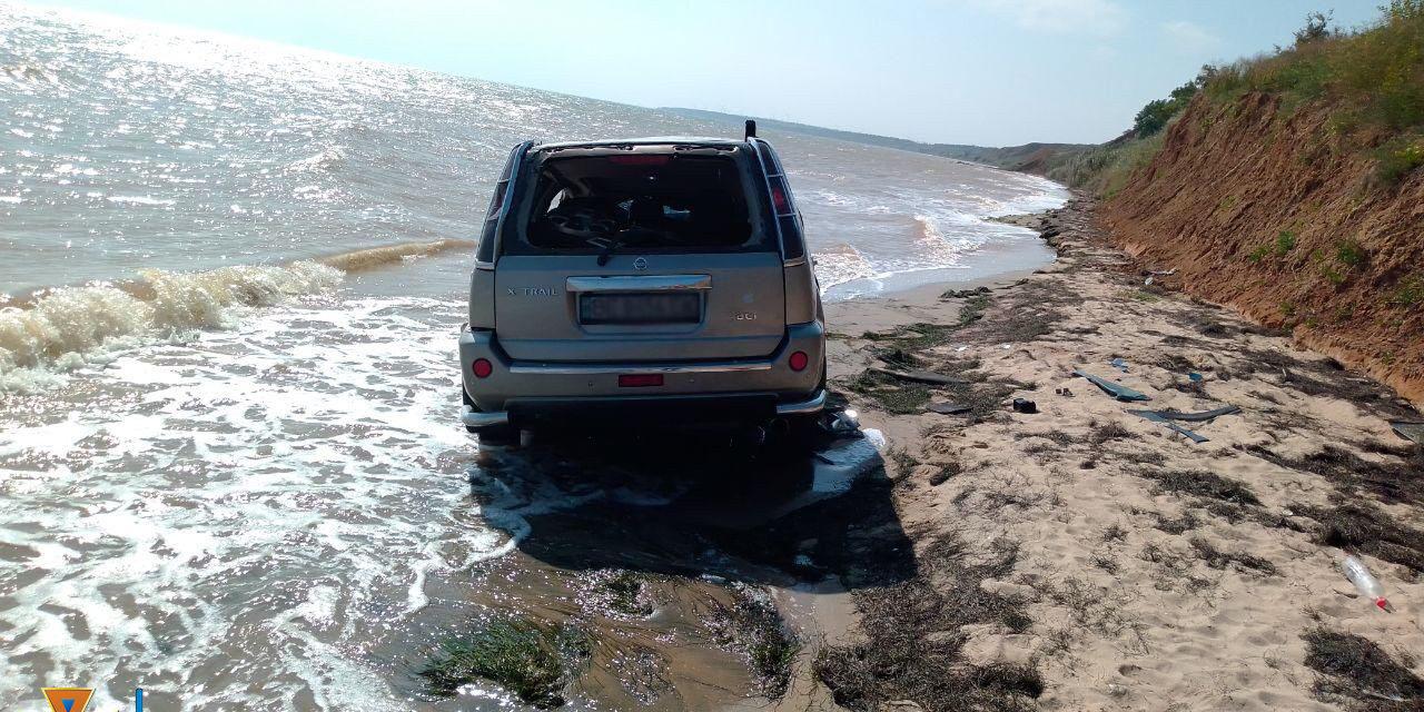 На Запоріжжі автомобіль покотився з обриву у море – фото