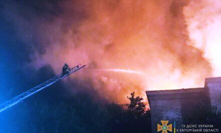 Запорізькі рятувальники розповіли, чому було складно погасити масштабну пожежу в будинку – фото, відео