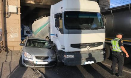 У Запоріжжі не поділили дорогу вантажівка та Uklon. Фото з місця ДТП