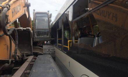 У Запоріжжі зіштовхнулися автобус та екскаватор – двоє постраждалих (Оновлення)