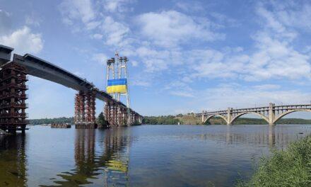 «Хотілося піднести особливий подарунок»: «Запоріжсталь» встановив прапор посеред Дніпра