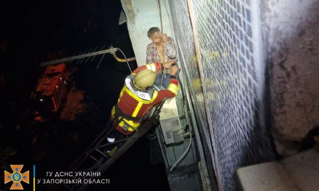 У Запоріжжі чоловік, який випав з вікна, сидів на кондиціонері – фото