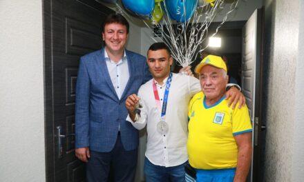 Срібному призеру Олімпійських ігор вручили ключі від квартири у Запоріжжі – фото