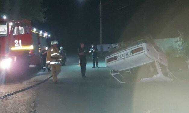 На Запоріжжі водій врізався в стовб, транспортний засіб перевернувся – фото