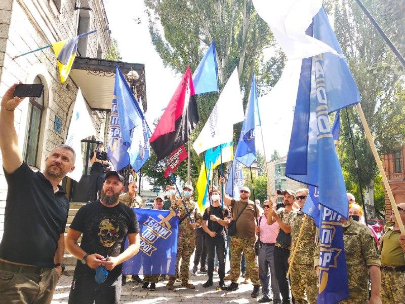 Під стінами Жовтневого райсуду у Запоріжжі активісти скандували «Сербу за ґрати!»