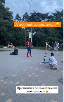 В Одесі «спайдермен» грав на акордеоні веселу мелодію – відео