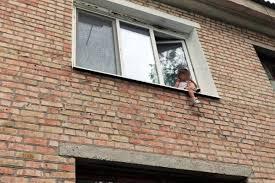У Запоріжжі жінку, яка виставила дитину на підвіконня, доставили до психіатричної лікарні – відео