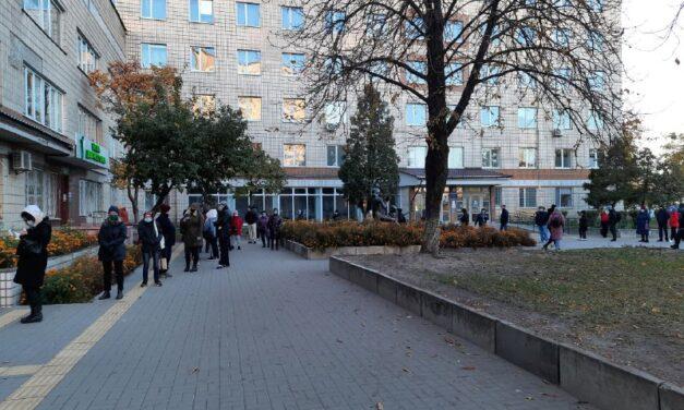 Поліклініки Києва переповнені людьми, черги по кількасот метрів