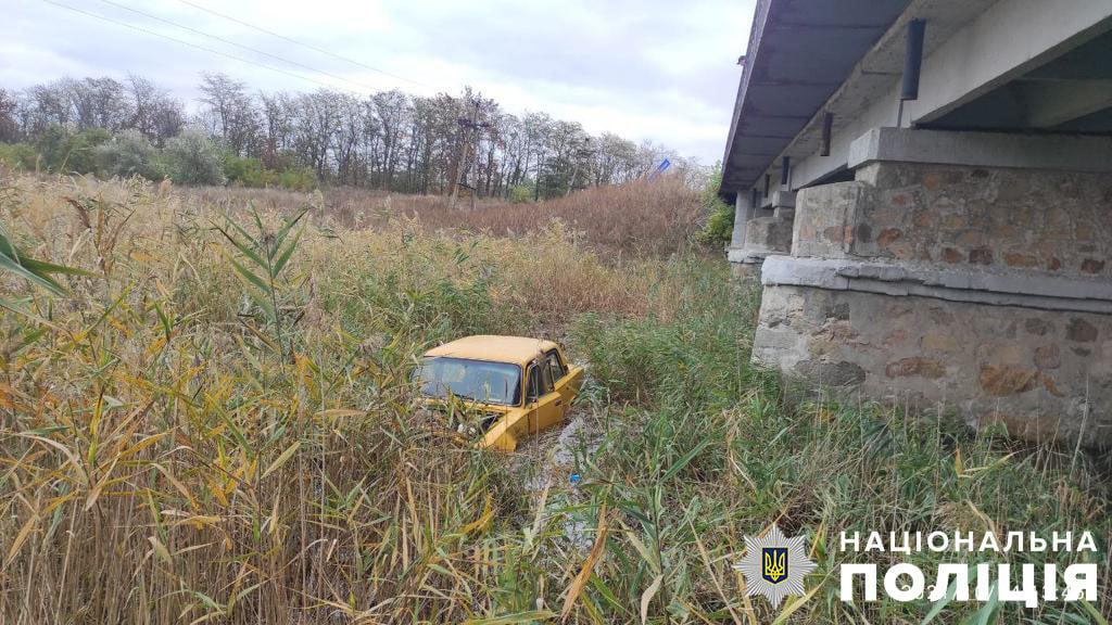 На Запоріжжі у водоймі виявили авто, в салоні якого знаходився мертвий чоловік – фото
