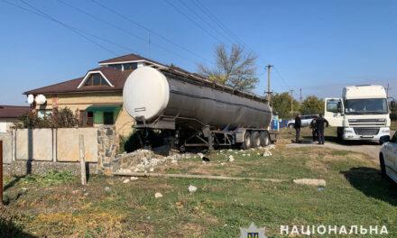 На Запоріжжі цистерна вантажівки «DAF» перекинулась на паркан приватного домоволодіння –фото