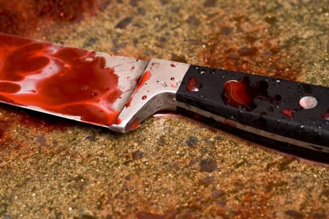На Запоріжжі молодий чоловік перерізав собі горло кухонним ножем