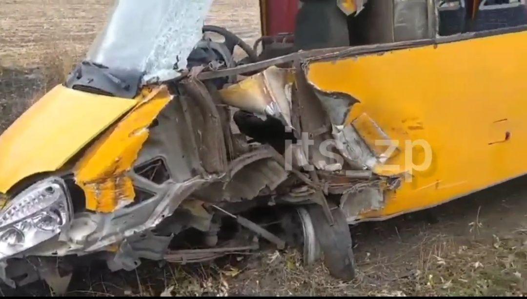 На Запоріжжі водій автобусу не впорався з кермуванням й зіткнувся з фурою
