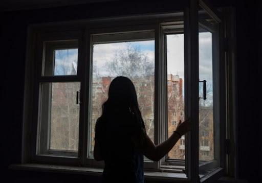 У Запоріжжі неповнолітня дівчина вистрибнула з вікна, її доставили до лікарні