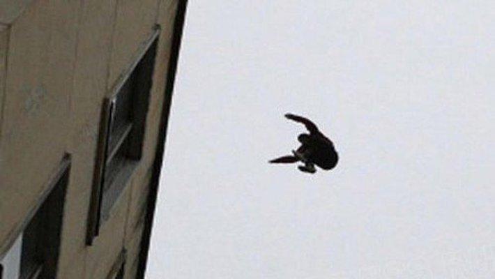 У Запоріжжі чоловік впав з даху на металевий штир